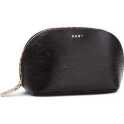 Kosmetyczka DKNY - Bryant - Cosmetic Pou R83R3661  Blk/Gold. Czarne kosmetyczki męskie DKNY, ze skóry. Za 289,00 zł.