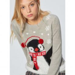Świąteczny sweter z pingwinem - Jasny szary. Szare swetry klasyczne damskie Cropp, l. Za 89,99 zł.