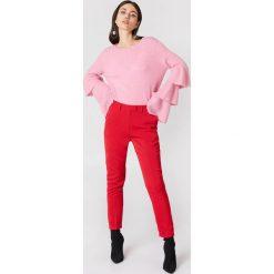Swetry klasyczne damskie: NA-KD Dzianinowy sweter z rękawem z falbanami – Pink