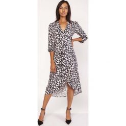 Sukienki: Asymetryczna Ultra Kobieca Sukienka Kopertowa w Panterkę