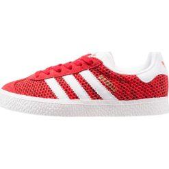 Adidas Originals GAZELLE CAMO  Tenisówki i Trampki core red/white. Czerwone tenisówki męskie marki adidas Originals, z materiału. W wyprzedaży za 188,30 zł.