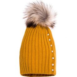 Czapki zimowe damskie: Musztardowa czapka z pomponem i perełkami QUIOSQUE