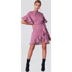 Sukienki hiszpanki: Josefin Ekström for NA-KD Sukienka kopertowa z falbanką na rękawach - Purple