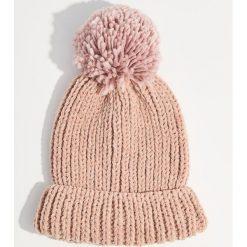 Czapka z pomponem - Różowy. Czerwone czapki damskie marki Mohito, z bawełny. Za 39,99 zł.