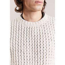 Nuur Sweter bianco. Białe swetry klasyczne męskie Nuur, m, z materiału. W wyprzedaży za 576,95 zł.