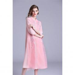 Sukienka w kolorze różowym. Czerwone sukienki marki Zeraco, ze stójką, midi. W wyprzedaży za 349,95 zł.