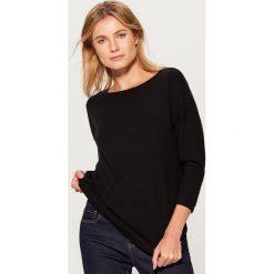 Sweter z dekoltem na plecach - Czarny. Czarne swetry klasyczne damskie marki Mohito, l, z dekoltem na plecach. Za 89,99 zł.