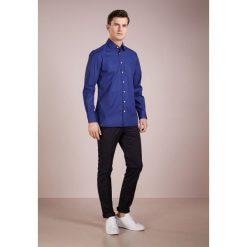Hackett London PIECE DYED POPLIN SLIM FIT Koszula biznesowa dark blue. Niebieskie koszule męskie slim marki Polo Ralph Lauren, m, z bawełny, polo. Za 459,00 zł.