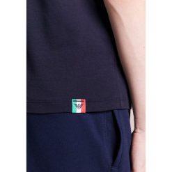 Emporio Armani ITALY Tshirt z nadrukiem blue navy. Niebieskie koszulki polo Emporio Armani, m, z nadrukiem, z bawełny. W wyprzedaży za 356,30 zł.