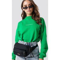 NA-KD Bluza Nothing Personal - Green. Zielone bluzy z nadrukiem damskie NA-KD, z długim rękawem, długie. Za 161,95 zł.