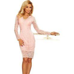 Dakota Sukienka koronkowa z długim rękawkiem i DEKOLTEM - PASTELOWY RÓŻ. Różowe sukienki marki numoco, l, z długim rękawem, maxi, oversize. Za 219,99 zł.