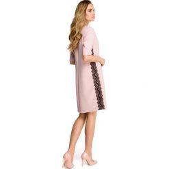 ISABELLE Sukienka z lampasem z koronki - pudrowa. Czerwone sukienki hiszpanki Stylove, na co dzień, s, w koronkowe wzory, z koronki. Za 110,70 zł.