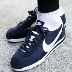 """Buty Nike Classic Cortez Nylon """"Obsidian"""" (807472-410). Białe buty skate męskie Nike, z materiału. Za 269,99 zł."""