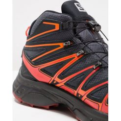 Salomon XCHASE MID GTX Obuwie hikingowe india ink/red dalhia/black. Czerwone buty sportowe męskie marki Salomon, z gumy, outdoorowe. W wyprzedaży za 599,20 zł.