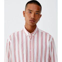 Koszula relaxed fit w pionowe paski. Czerwone koszule męskie w paski marki Pull&Bear, m. Za 69,90 zł.