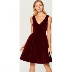 Welwetowa sukienka - Bordowy. Czerwone sukienki marki Mohito, l, w koronkowe wzory. Za 199,99 zł.
