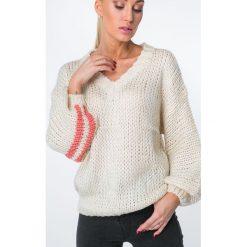 Sweter z mieniącymi się paskami beżowy MISC5525. Brązowe swetry klasyczne damskie Fasardi. Za 109,00 zł.