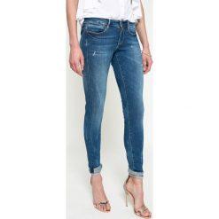 Guess Jeans - Jeansy. Niebieskie jeansy damskie rurki marki Guess Jeans, z obniżonym stanem. W wyprzedaży za 339,90 zł.