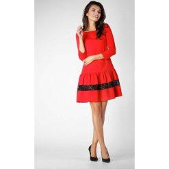 Czerwona Wizytowa Sukienka z Obniżonym Stanem z Koronką. Czerwone sukienki koktajlowe Molly.pl, na co dzień, l, w koronkowe wzory, z koronki, z falbankami, oversize. W wyprzedaży za 116,16 zł.
