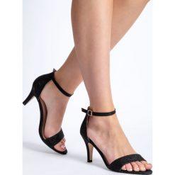 Czarne błyszczące sandały damskie na obcasie QUIOSQUE. Czarne rzymianki damskie QUIOSQUE, na obcasie. W wyprzedaży za 49,99 zł.