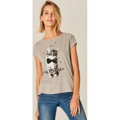 T-shirty damskie: T-shirt z czarno-białym nadrukiem – Szary