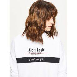 Bluzy damskie: Krótka bluza oversize - Biały