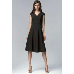 Sukienki: Czarna Koktajlowa Sukienka bez Rękawów z Szerokim Dołem za Kolano