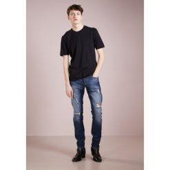 True Religion ROCCO NEW Jeansy Slim Fit cobalt blue denim. Niebieskie jeansy męskie regular True Religion, z bawełny. W wyprzedaży za 387,60 zł.