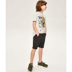 Krótkie spodenki dresowe - Czarny. Czarne dresy chłopięce Reserved, z dresówki. W wyprzedaży za 39,99 zł.
