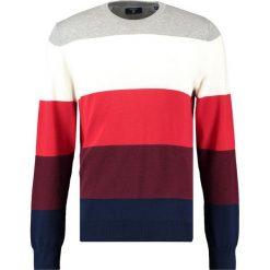 GANT BLOCKSTRIPE CREW Sweter bright red. Czerwone kardigany męskie marki GANT, l, z bawełny. W wyprzedaży za 407,20 zł.