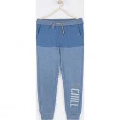 Spodnie. Niebieskie chinosy chłopięce BELIEVE IN TODAY, z nadrukiem, z bawełny. Za 69,90 zł.