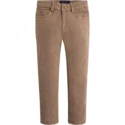 Spodnie w kolorze jasnobrązowym. Brązowe spodnie chłopięce marki Mayoral, w paski. W wyprzedaży za 89,95 zł.
