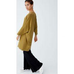Sukienka kokon z kontrastowymi szwami. Brązowe sukienki z falbanami marki Pull&Bear, z kontrastowym kołnierzykiem. Za 62,90 zł.