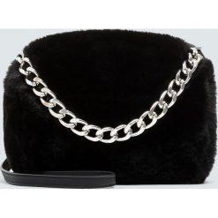 Torebka na ramię ze sztucznego futerka z łańcuszkiem. Czarne torebki klasyczne damskie Pull&Bear. Za 89,90 zł.