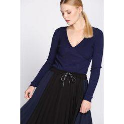 Granatowy Sweter Observant. Niebieskie swetry klasyczne damskie Born2be, l, z dzianiny, z kopertowym dekoltem. Za 39,99 zł.
