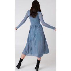 NA-KD Trend Siateczkowa sukienka midi z długim rękawem - Blue. Białe długie sukienki marki NA-KD Trend, w paski, z poliesteru, z klasycznym kołnierzykiem. W wyprzedaży za 135,80 zł.