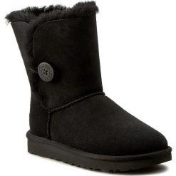 Buty UGG - W Bailey Button II 1016226 W/Blk. Szare buty zimowe damskie marki Ugg, z materiału, z okrągłym noskiem. Za 989,00 zł.