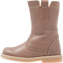 Friboo Kozaki taupe. Czerwone buty zimowe damskie marki Friboo, z materiału. W wyprzedaży za 148,85 zł.