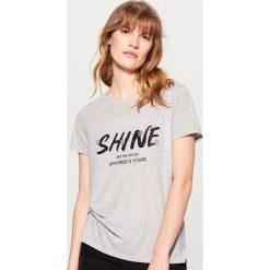 Długa koszulka z brokatowym połyskiem - Szary. Szare t-shirty damskie marki Mohito, l. Za 39,99 zł.