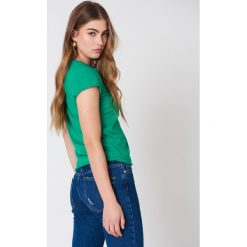 NA-KD Basic T-shirt z surowym wykończeniem - Green. Zielone t-shirty damskie marki Emilie Briting x NA-KD, l. Za 52,95 zł.