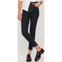 Jeansy z wysokim stanem - Granatowy. Niebieskie spodnie z wysokim stanem marki Reserved, z jeansu. Za 89,99 zł.