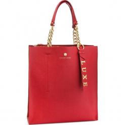 Torebka GUESS - HWBLCA L9104  RED. Czerwone torebki klasyczne damskie marki Guess, z aplikacjami, ze skóry, duże. Za 999,00 zł.