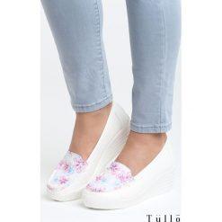 Białe Koturny Perky. Białe buty ślubne damskie Born2be, w kolorowe wzory, z okrągłym noskiem, na niskim obcasie, na koturnie. Za 69,99 zł.