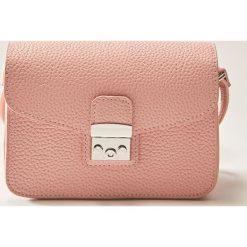 Torebki klasyczne damskie: Mała torebka z metalowym zapięciem – Różowy