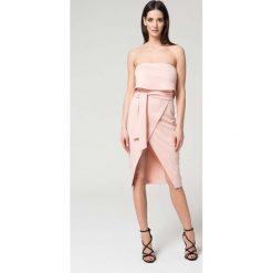 Sukienki: Różowa Wieczorowa Sukienka z Odkrytymi Ramionami z Kopertowym Dołem