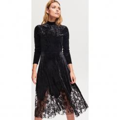 Welurowa sukienka z plisowanym dołem - Czarny. Czarne sukienki z falbanami marki Reserved, z weluru, plisowane. Za 159,99 zł.