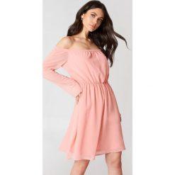 Hannalicious x NA-KD Szyfonowa sukienka z odkrytymi ramionami - Pink. Zielone sukienki mini marki Emilie Briting x NA-KD, l. W wyprzedaży za 97,17 zł.