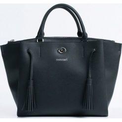 Monnari - Torebka. Czarne torebki klasyczne damskie marki Monnari, w paski, z materiału, duże. W wyprzedaży za 179,90 zł.