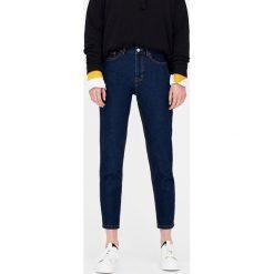 Jeansy mom fit basic. Niebieskie jeansy damskie relaxed fit marki Reserved. Za 79,90 zł.