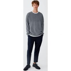 Dzianinowy sweter z wypukłym wzorem na karczku. Czarne swetry klasyczne męskie marki Pull&Bear, m. Za 69,90 zł.